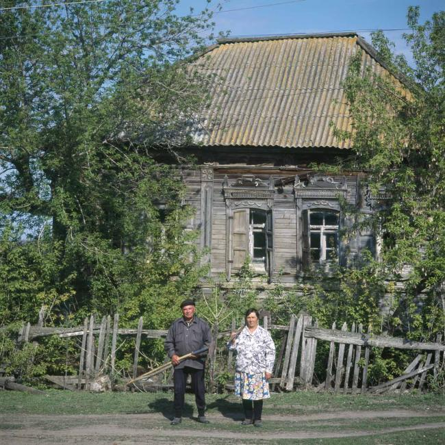 Экстерьер дома и портреты Петра и Валентины Мишаниных, соседей по переулку. Фото Richard Davies (UK)